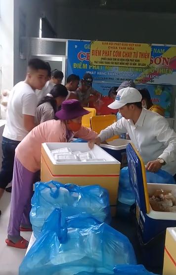 Hàng trăm suất ăn từ thiện đến với bệnh nhân nghèo